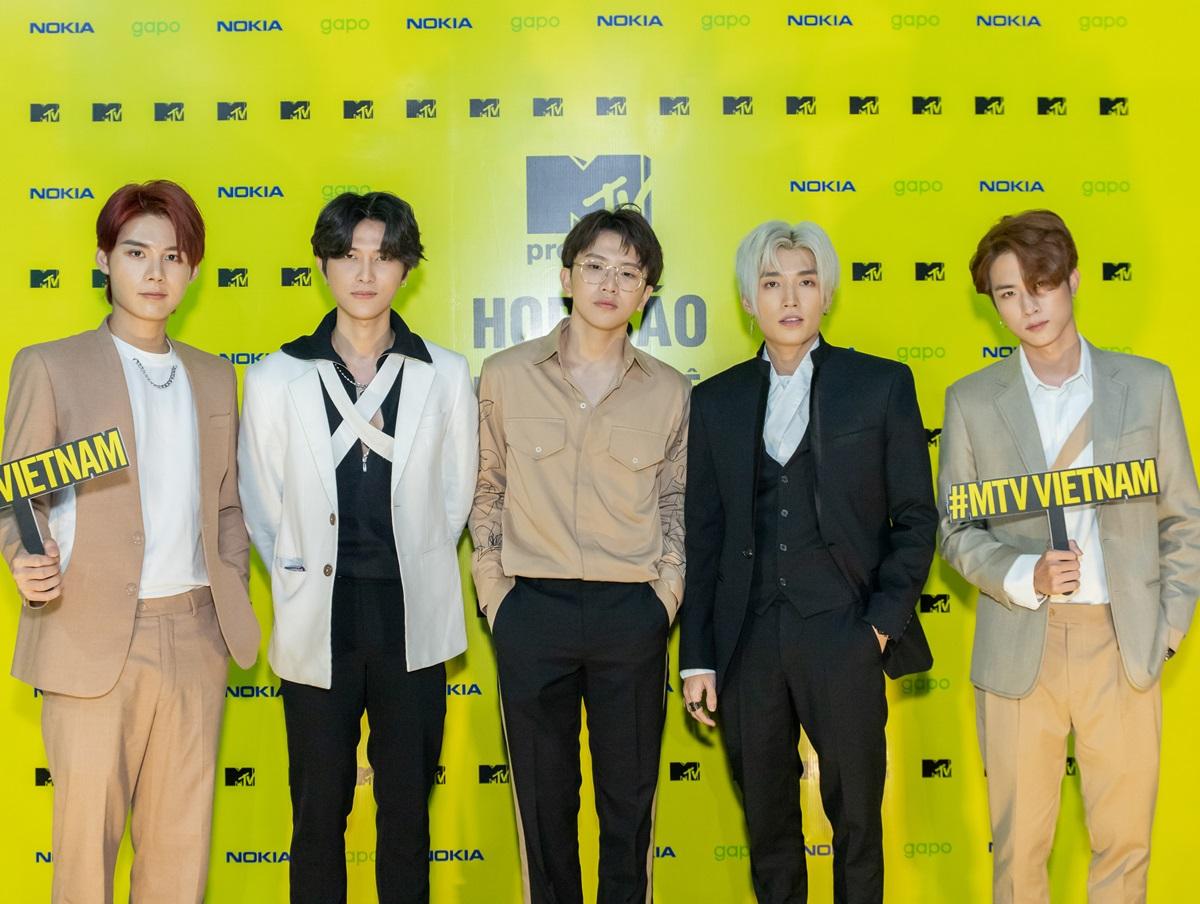 Nhóm Uni5 tham dự họp báo hôm 22/9. Ảnh: MTV.