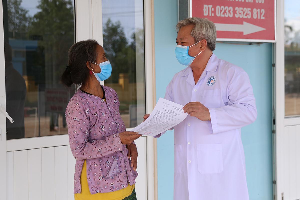 Bệnh nhân 862 nhận giấy xuất viện. Ảnh: Hà Thương