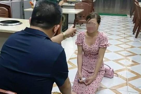 Nguyễn Văn Thiện bắt cô gái quỳ xuống xin lỗi.