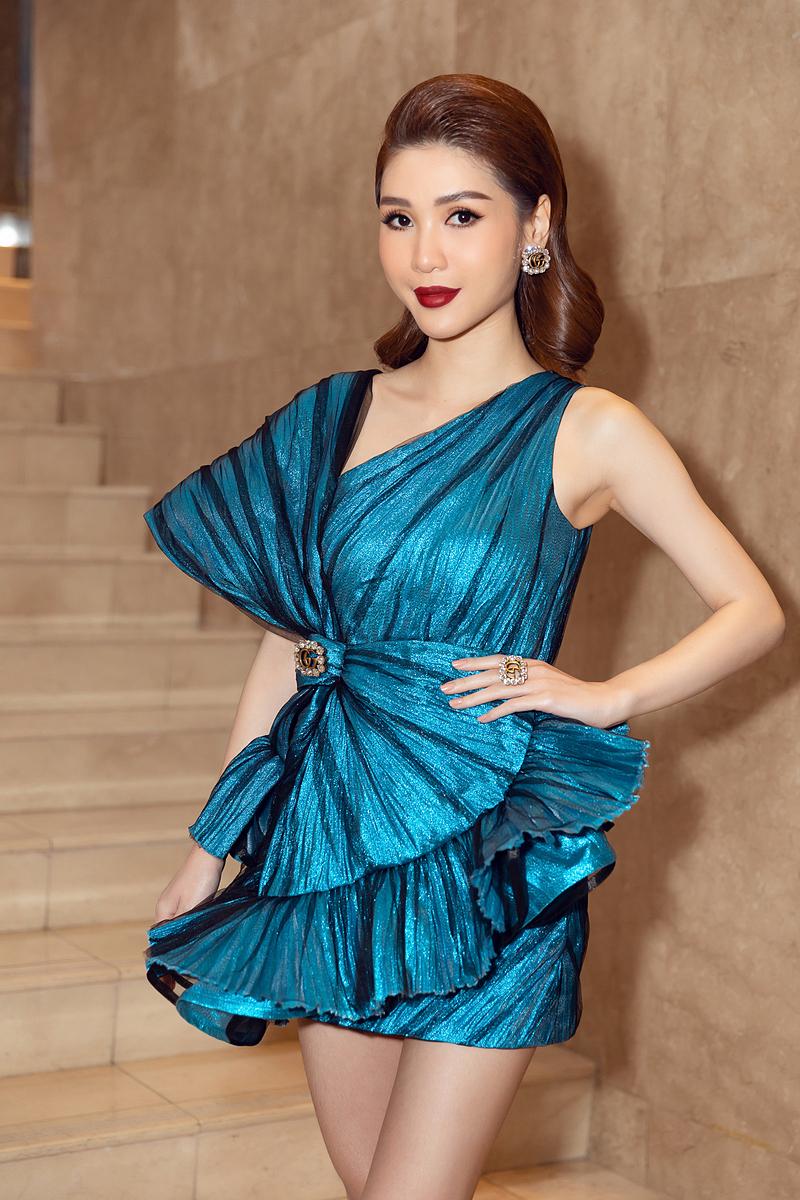 Nguyễn Lê Lâm Ngân - CEO Nha khoa Sìe Dentist, cố vấn chuyên môn, nhà tài trợ của cuộc thi - nổi bật trên thảm đỏ. Cô mặc đầm bất đối xứng, gam màu xanh, nằm trong bộ sưu tập Thu - Đông 2020 của NTK Công Trí. Bộ cánh này có giá 80 triệu đồng, từng được Hồ Ngọc Hà mặc trong những tháng đầu thai kỳ, được giới thiệu trên tạp chí Vogue của Pháp.