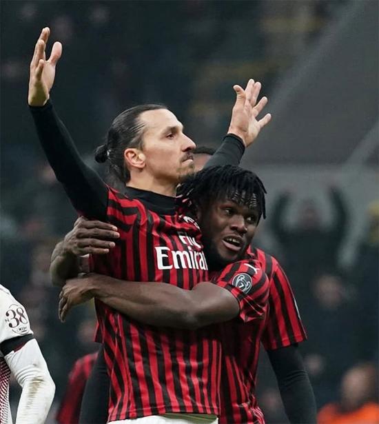 Chân sút Thụy Điển lần thứ hai trở lại Milan. 8 năm trước, Ibra cũng thi đấu cho đội bóng sọc đỏ đen. Ảnh: Instagram.