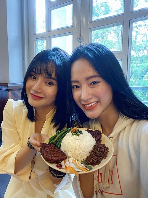 Angela Phương Trinh và em gái Phương Trang hào hứng khoe món cơm chay mới.