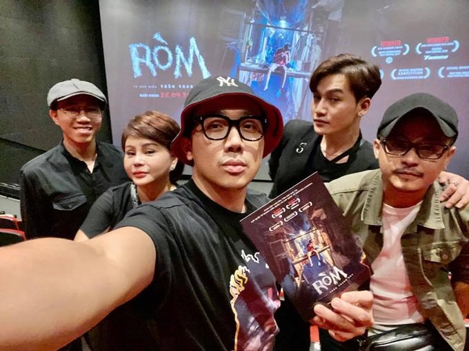 MC - diễn viên Trấn Thành (giữa) rủ bạn bè cùng đến xem phim Ròm.