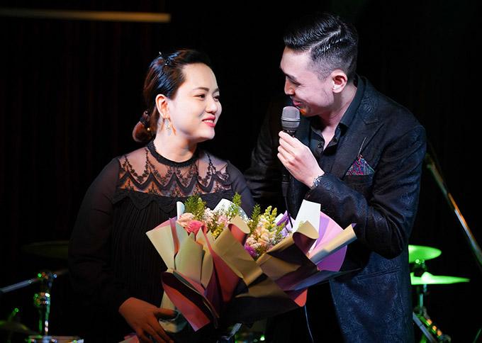 Sự xuất hiện của bà xã khiến Triệu Long rất hạnh phúc, xúc động.