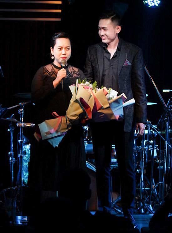Jessi Trinh cho biết cô gửi con cho ông bà chăm giúp để đến ủng hộ tinh thần ông xã trong đêm nhạc riêng.