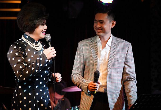 Ca sĩ Dì Hai Tuấn Phong hoá thân phụ nữ đến chúc mừng Triệu Long. Tạo hình và khiếu ăn nói hài hước, duyên dáng của Tuấn Phong khiến khán giả cười nghiêng ngả.