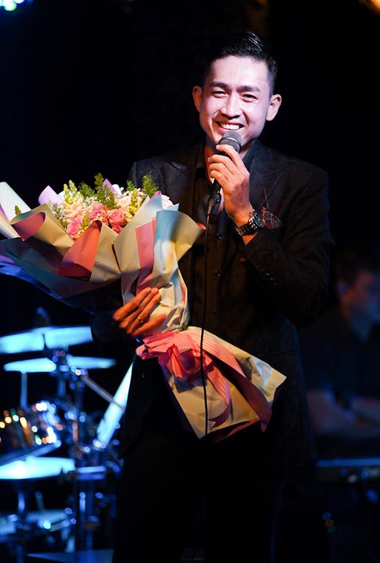 Triệu Long không ngờ khán giả đến rất đông để nghe anh hát.