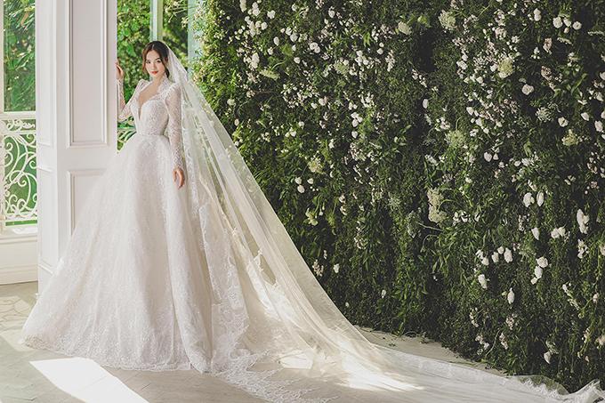 Chiếc váy cưới ren đậm phong cách hoàng gia tuy được cắt xẻ sâu nhưng vẫn giúp Lan Ngọc trông sang trọng, quý phái.