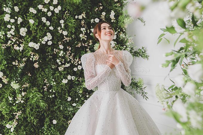 Chiếc váy cưới tay bồng xuyên thấu nổi bật với những chi tiết đính kết tỉ mỉ, kì công góp phần làm nên hình ảnh lộng lẫy cho Ninh Dương Lan Ngọc.