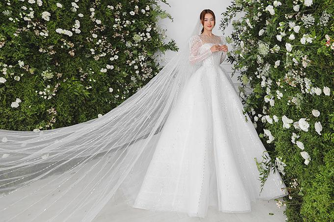 Những thiết kế váy cưới mà cô khoác lên mình đều có điểm chung là bay bổng, giúp bất kì ai khi chưng diện đều có được diện mạo thanh thoát, trẻ trung.