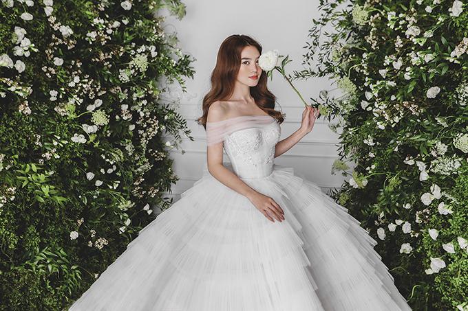 Trong bộ ảnh thời trang giới thiệu bộ sưu tập mới của NTK Chung Thanh Phong, Ninh Dương Lan Ngọc có dịp hóa thành cô dâu với váy cưới trắng tinh khôi.