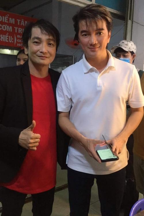Ca sĩ Đàm Vĩnh Hưng đến thăm và tặng quà cho gia đình ca sĩ Nhật Linh (trái).