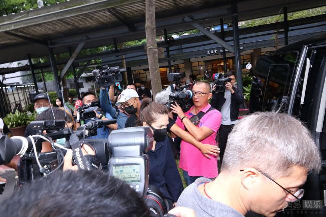 Truyền thông đến đưa tin rất đông trong ngày Hoàng Hồng Thăng về đất.