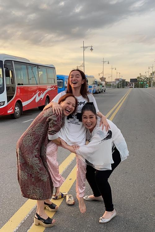 Sau thời gian gắn bó ở đoàn phim, ba nữ diễn viên trở nên thân thiết như người nhà. Ngoài đời, Kaity Nguyễn gọi hai nghệ sĩ gạo cội là cô. Còn trên phim, họ vào vai ba chị em.