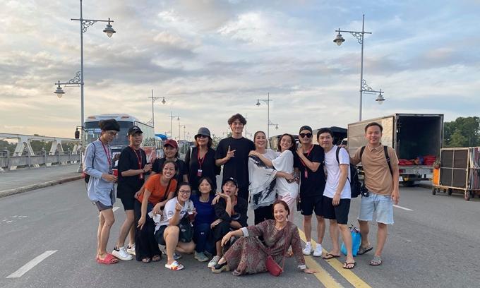 Đoàn phim Gái già lắm chiêu V mừng rỡ khi bộ phim chính thức đóng máy. Một tháng làm việc ở Huế, êkíp trải qua nhiều ngày nắng nóng khắc nghiệt và cũng chịu thiệt hại về bối cảnh khi bão số năm đổ bộ.