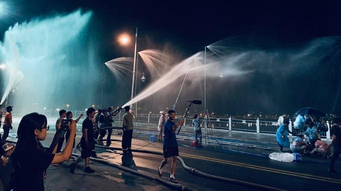Nước mưa nhân tạo được phun liên tục để phục vụ cảnh quay.