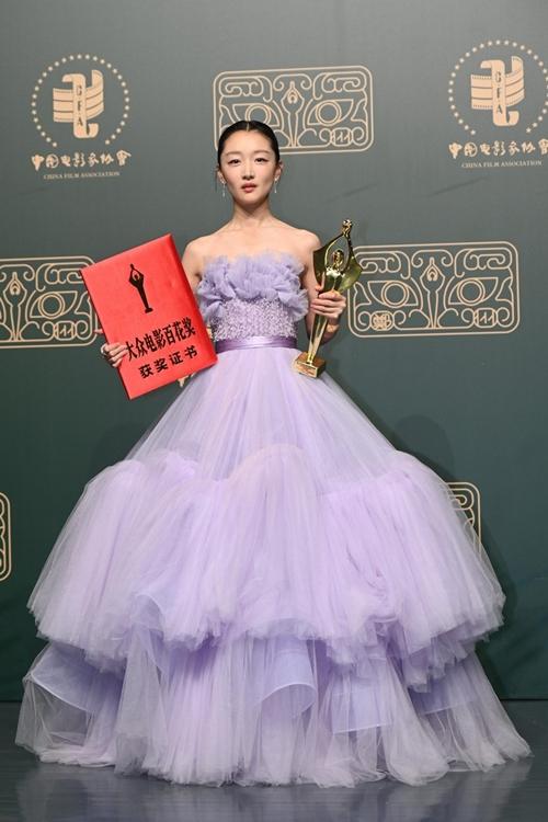 Châu Đông Vũ trở thành Nữ diễn viên chính xuất sắc tại mùa giải Bách Hoa lần thứ 35 với phim Em của thời niên thiếu. Trong phim này, cô đóng vai một nữ sinh bị tẩy chay và bắt nạt, dẫn đến hành vi bạo lực. Trước giải Bách Hoa, Châu Đông Vũ từng thắng giải nữ chính tại giải thưởng phim Kim Tượng Hong Kong, LHP Kim Mã Đài Loan cũng nhờ vai diễn này.
