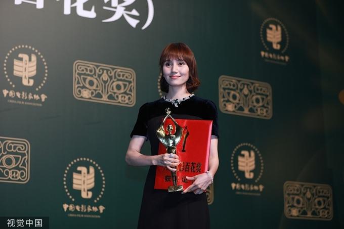 Viên Tuyền giành giải Nữ diễn viên phụ xuất sắc với phim Cơ trưởng Trung Quốc.