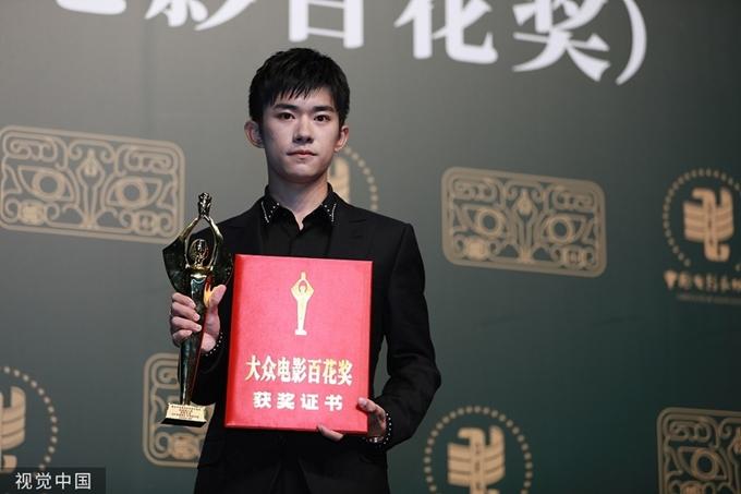 Ca sĩ 20 tuổi Dịch Dương Thiên Tỷ được ghi nhận là Diễn viên mới xuất sắc với vai nam chính trong Em của thời niên thiếu.