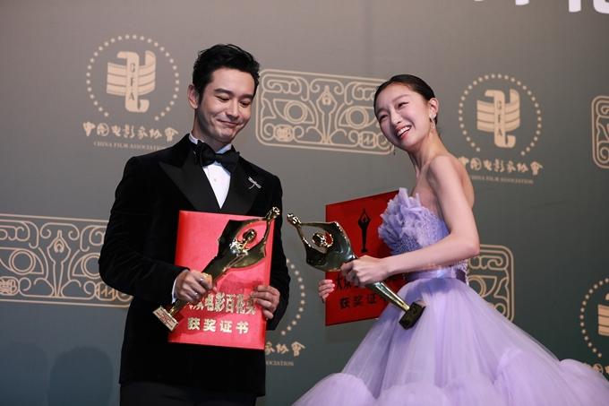 Hai diễn viên mừng rỡ đọ cúp giải thưởng.