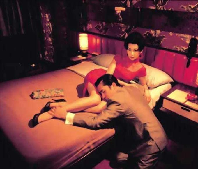 Bộ xường xám màu đỏ Trương Mạn Ngọc mặc trong cảnh hai nhân vật chính hẹn hò ở phòng khách sạn 2046 gợi liên tưởng đến lửa tình và tình dục.