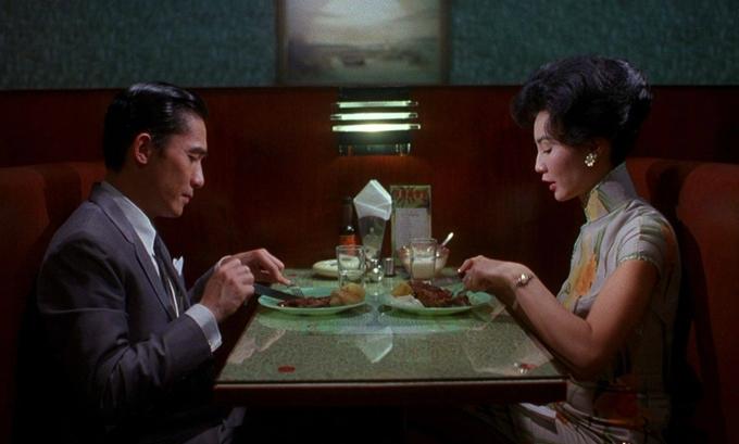 Đặt trong bối cảnh Hong Kong năm 1962, phim kể về mối tình éo le giữa nhà văn Châu Mộ Văn (Lương Triều Vỹ đóng) và người thiếu phụ Tô Lệ Trân (Trương Mạn Ngọc đóng). Gia đình Văn và Trân là hàng xóm trong một khu nhà. Họ hay bắt gặp nhau một mình khi đi ăn bên ngoài, bởi người bạn đời của họ thường xuyên vắng nhà. Đến một ngày, Văn và Trân phát hiện vợ và chồng của họ ngoại tình với nhau. Đồng cảm trong nỗi cô đơn và nỗi đau bị phụ bạc, hai người dần tìm thấy tình yêu dành cho nhau. Chuyện này đẩy họ vào sự giằng xé trong nội tâm, khi bản thân vừa là nạn nhân vừa là kẻ phản bội.