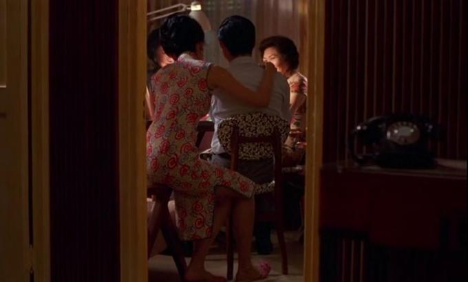 Các bộ xường xám Trương Mạn Ngọc mặc trong các cảnh nữ chính đón chồng hoặc đánh bài cùng chồng luôn có màu sắc tươi sáng, hoa văn bắt mắt, thể hiện sự vui mừng, hạnh phúc trong lòng cô.