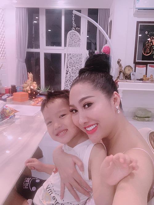 Phi Thanh Vân hạnh phúc bên con trai.
