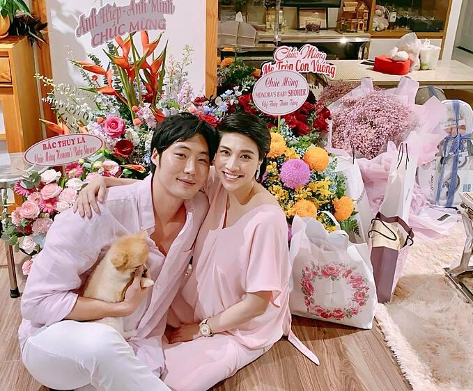 Ca sĩ Pha Lê tình tứ bên chồng trong tiệc Baby shower (Tiệc mừng em bé sắp chào đời).