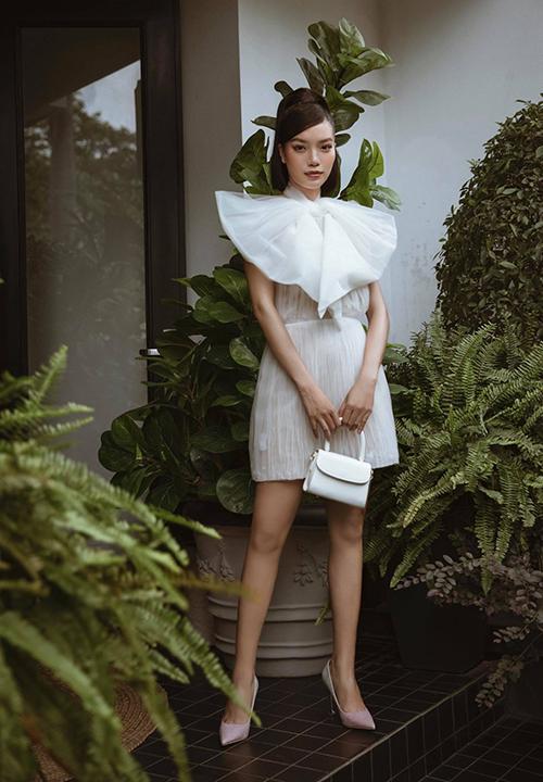 Người đẹp Bích Tuyền chọn váy thắt nơ điệu đà của Lê Thanh Hoà để đi xem show.