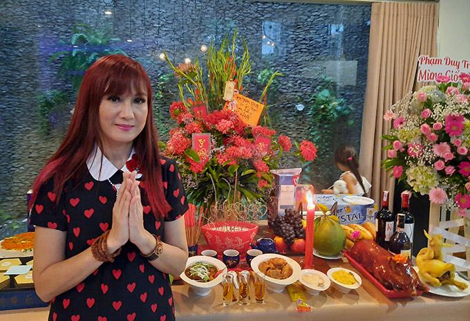 Diễn viên Hiền Mai thành kính trước bàn thờ Tổ nghề được đàn chị Cẩm Vân chuẩn bị sẵn ở nhà riêng tại TP HCM.