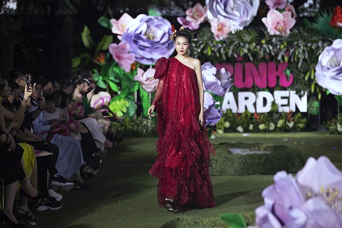 Đẩm nhận vai trò quan trọng trong màn giới thiệu bộ sưu tập của Phan Quốc An, Thanh Hằng còn kiêm luôn vai trò vedette cho toàn chương trình Pink Garden mùa hai.