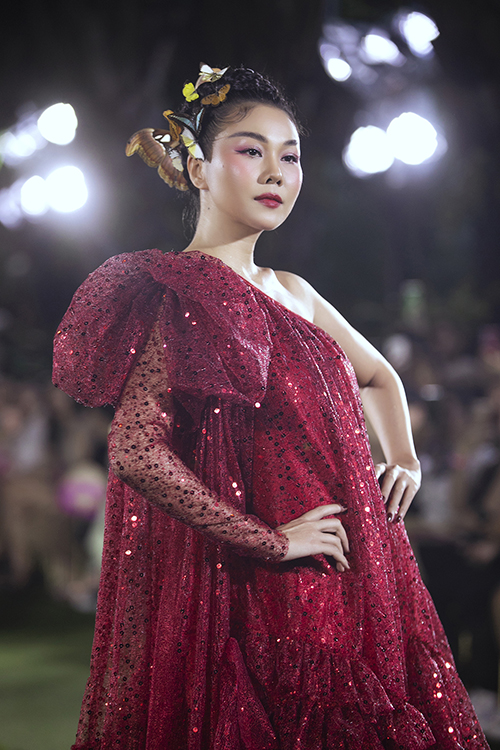 Thanh Hằng với hình ảnh nàng tiên bướm lung linh trên sân khấu thời trang thiếu nhi.