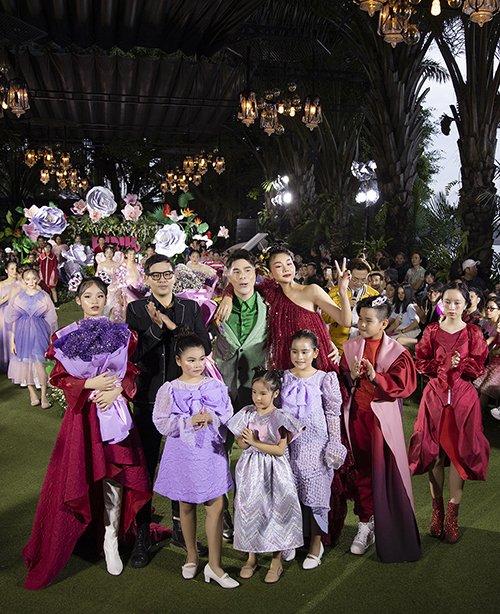 Thanh Hằng, đạo diễn Nguyễn Hưng Phúc (áo xanh), Phan Quốc An (áo đen) trong phần chào kết của chương trình.