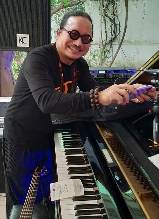 Saxophone Trần Mạnh Tuấn tranh thủ tìm hiểu các món đồ chơi âm nhạc của đồng nghiệp.