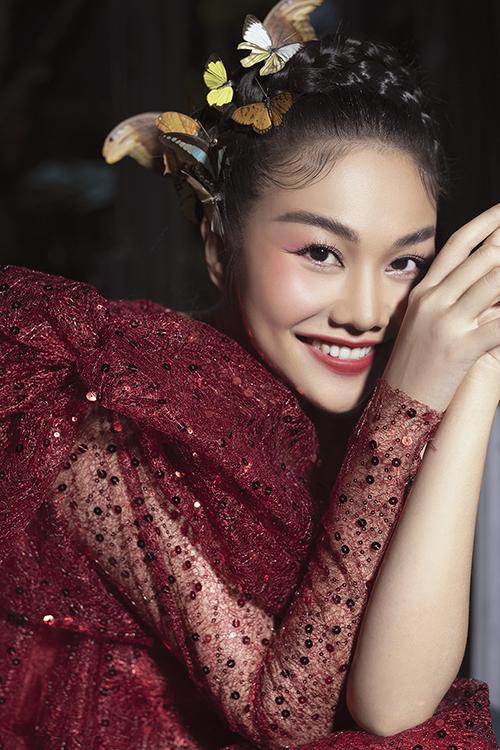 Nổi tiếng về sự cầu toàn và chỉn chu nên Thanh Hằng mua thêm bướm thật để hoàn thiện phần tạo hình khi tham gia show diễn Pink Garden.