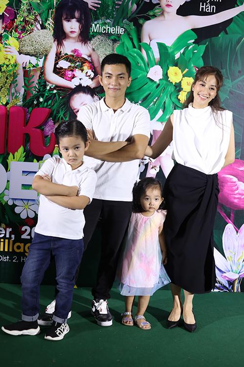 Khánh Thi - Phan Hiển mặc ton-sur- ton trắng đen khi xuất hiện trên thảm đỏ show diễn thời trang trẻ em tổ chức tại Thảo Điển, TP HCM.