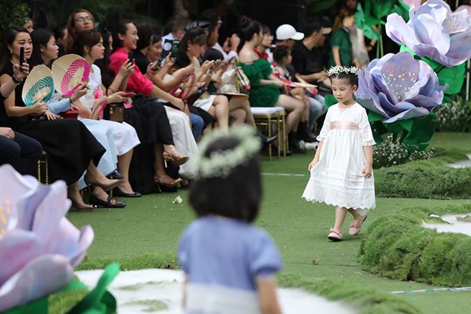 Bộ sưu tập 'The Fairy Garden xây dựng trên tông trắng chủ đạo như nói lên nét đẹp trong sáng, ngây thơ của nàng tiên nhỏ.
