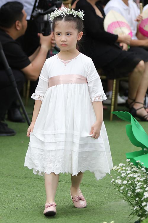 Màu đơn sắc được nhà mốt biến hoá linh hoạt qua các mẫu đầm công chúa, váy cổ điển, đầm tiểu thư.