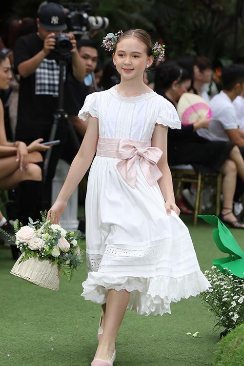 Vòng hoa đội đầu, giỏ hoa xinh xắn, giày búp bê là các phụ kiện được lựa chọn để tăng sức hút cho từng set đồ của các bé gái.