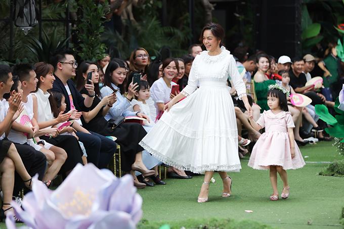 Ca sĩ Phạm Quỳnh Anh nhận được sự cổ vũ khán giả khi dẫn bé Tuệ An tham gia trình diễn bộ sưu tập 'The Fairy Garden trong chương trình Pink Garden tổ chức tại TP HCM.