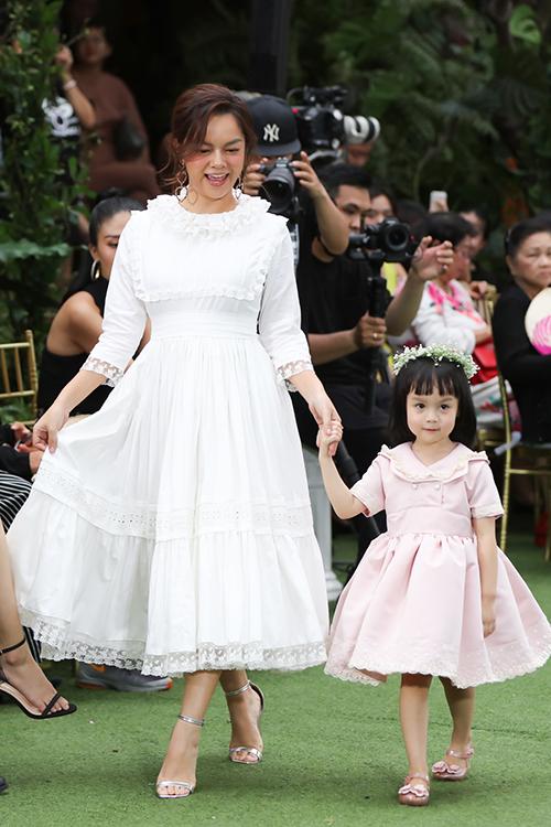 Đây là lần đầu tiên bé Tuệ An được góp mặt trong show thời trang thiếu nhi tổ chức hoành tráng, quy tụ nhiều nhà thiết kế và sao Việt.