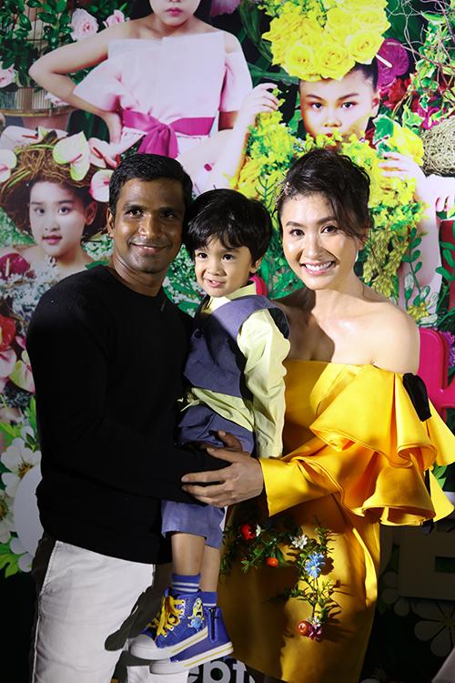 Chồng và con trai cùng đến để cổ vũ diễn viên Nguyệt Ánh tham gia đình diễn catwalk.