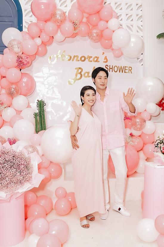 Buổi tiệc tràn ngập không gian màu hồng với hoa tươi, bong bóng.