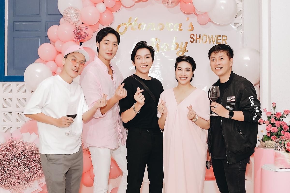 Nhạc sĩ Huỳnh Quốc Huy (phải) là bạn bè thân thiết nên không thể vắng mặt trong buổi tiệc của Pha Lê.