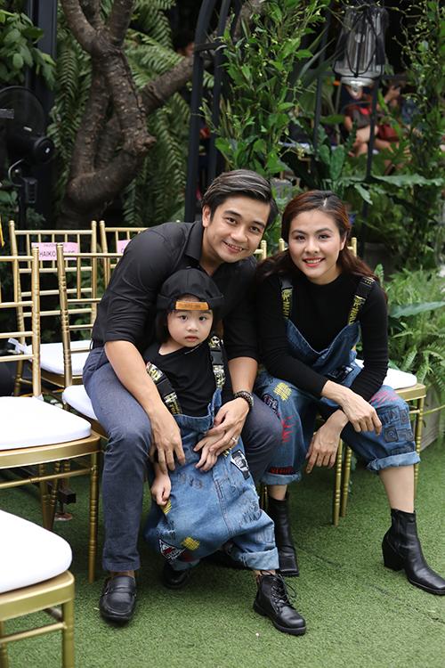 Vân Trang chọn áo thun đen và yếm jeans đồng điệu với con gái khi cùng chồng đến theo dõi chương trình.