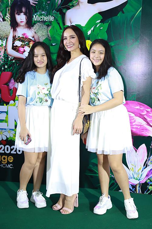 Thuý Hạnh và hai cô con gái trên thảm đỏ thời trang.
