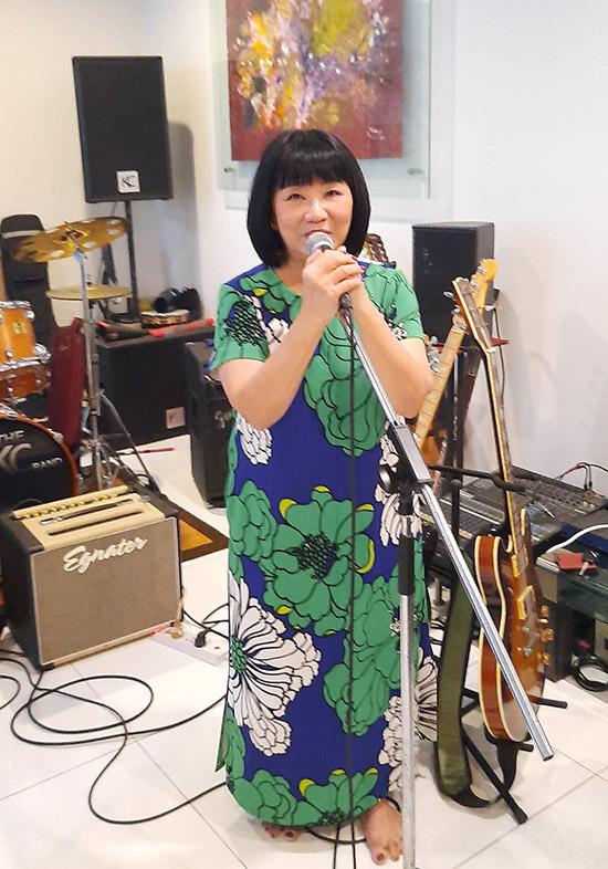 Cẩm Vân ngẫu hứng biểu diễn một số ca khúc tặng các khách mời.