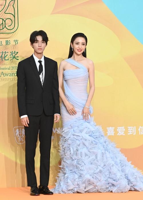 Nữ diễn viên Đồng Lệ Á yêu kiều bên ca sĩ trẻ Vương Tuấn Khải.