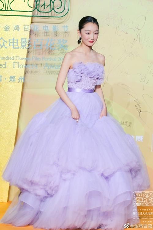 Tiểu hoa đán Châu Đông Vũ điệu đà với đầm tím của thương hiệu Azzi & Osta.